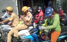 Hình ảnh 2 chiến sỹ CSGT bế, cho trẻ bú bình trên đường phố Sài Gòn gây chú ý
