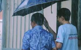 Bức ảnh lưng áo bố đẫm nước mưa vì lo che ô cho con vào phòng thi: Cả đời này, bố mẹ sẽ luôn đợi chúng ta!