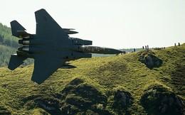 """Cận cảnh chiến cơ F-15 bay siêu thấp giữa khe núi """"qua mặt"""" cả radar"""