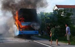 Clip xe khách cháy ngùn ngụt khi đang lưu thông, hàng chục hành khách chạy tán loạn
