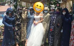 Đám cưới ngày Hè, chị em mặc hết đồ Ninja kín mít đứng chụp ảnh với cô dâu