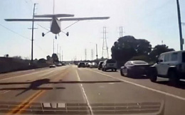Máy bay hạ cánh ngoạn mục giữa đường đông đúc ở Mỹ