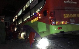 Xe khách tông vào xe tải, hàng chục người bị mắc kẹt