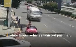 Không có xe hơi xịn, người phụ nữ lái xe ô tô đồ chơi xuống đường