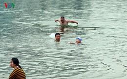 """Người dân Thủ đô vô tư bơi lội tại hồ nước """"tử thần"""" Linh Đàm"""