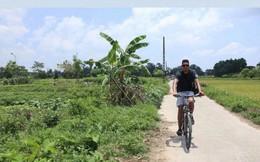 Sau clip đá cầu, Smalling uống nước mía, chạy xe đạp hàng chục cây số quanh Hà Nội