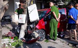 Ô tô con mất lái tông người đi xe máy rồi găm chặt vào cột điện