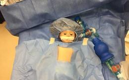 Nhiều người ngạc nhiên khi thấy bác sĩ phẫu thuật cho búp bê nhưng sự thật thì lại rất cảm động
