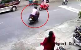 Người phụ nữ bị 2 thanh niên chặn xe đánh cướp tài sản giữa ban ngày ở Sài Gòn
