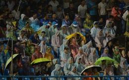 Khán giả Quảng Ninh đội mưa cổ vũ, thắp lửa giúp đội nhà vùi dập HAGL