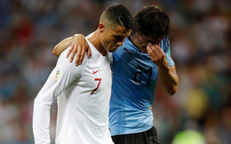 Dìu đối thủ ra ngoài sân, Ronaldo bị mắng là kẻ giả dối, tranh thủ từng giây làm hình ảnh