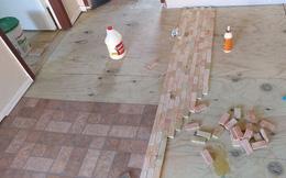 """2 cô gái cắt dát giường gỗ thành từng miếng để """"lát sàn nhà"""", nghe thấy lạ nhưng rồi ai cũng phải thán phục vì độ sáng tạo"""