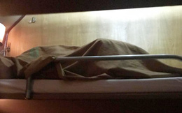 """Cặp đôi đi tàu hỏa giường nằm nhưng quyết """"ấp chung chăn"""" khiến hành khách phía dưới nơm nớp lo sập giường"""