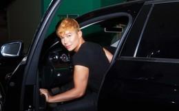 Nathan Lee tự lái xe tiền tỷ đi diễn