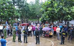 Người dân đội mưa theo dõi phiên toà vụ nổ súng làm 3 người chết