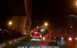 """""""Quái xế"""" đầu trần chạy chốt 141 đâm văng CSGT giữa đường"""