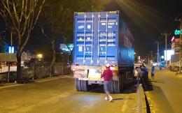 Va vào dải phân cách ngã xuống đường, người đàn ông bị xe container cán chết thương tâm