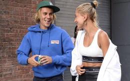 """Justin Bieber tươi cười """"tung tăng"""" bên Hailey và còn hôn vợ trên phố"""