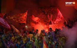 CĐV Nam Định nhảy xuống sân ăn mừng, đốt pháo sáng trên sân Hàng Đẫy