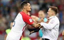 World Cup 2018: Đột nhập vào sân bóng, fan cuồng suýt ăn đòn của cầu thủ Croatia