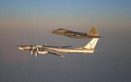 """F-22 Mỹ áp sát """"Lão già gân"""" Tu-95MS Nga mà không dám bắt nạt: Chưa từng có trong lịch sử?"""