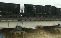 Trung Quốc sử dụng 2 đoàn tàu nặng 7.000 tấn nhằm ngăn cầu đường sắt bị lũ cuốn trôi