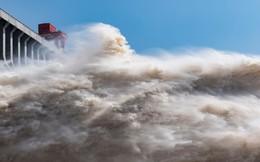 24h qua ảnh: Cảnh xả lũ ngoạn mục từ đập thủy điện lớn nhất thế giới