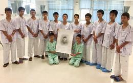 Lý do đội bóng nhí Thái Lan họp báo ngay khi xuất viện, bất chấp cảnh báo