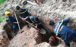 Đào bới cứu người bị vùi lấp dưới lớp đất sâu 2,5m