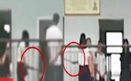 Quên làm bài tập, nhóm học sinh bị cô giáo dùng chổi quật mạnh vào người