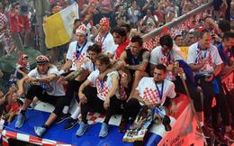 Hú vía cảnh đội tuyển Croatia suýt va phải dây điện khi diễu hành