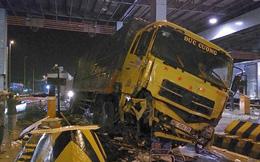 Xe tải tông sập cabin thu phí trên cao tốc rồi gây tai nạn liên hoàn