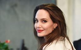 """Sau 2 năm ly hôn, Angelina Jolie """"đã vui trở lại"""" nhờ sự xuất hiện của người đàn ông kém tuổi?"""