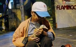 """Câu chuyện đáng yêu về chú vịt con lon ton theo sau ông lão vé số ở Sài Gòn: """"Từ ngày con 'quỷ sứ' này chạy theo, ông thấy vui hơn nhiều"""""""