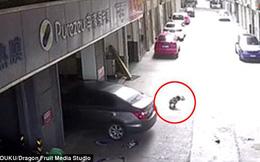 Clip: Cha vô tình lái xe cán lên người con trai đang ngồi chơi bên ngoài gara ô tô