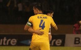 Sau trận đấu là anh em, Quế Ngọc Hải ôm động viên cầu thủ HAGL