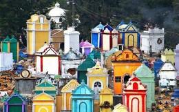 Ở Guatemala có những ngôi mộ được sơn đủ mọi gam màu sặc sỡ để tôn vinh người đã mất