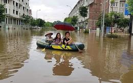 Đường ngập lụt, người dân chèo thuyền như 'sông nước miền Tây'