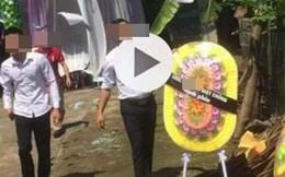 2 con gái gửi vòng hoa tang đến mừng đám cưới của bố và nhân tình trẻ