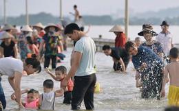 Chùm ảnh: Người lớn, trẻ nhỏ Hà Nội mặc áo phao ùa ra đường tỉnh lộ bơi lội, đánh cá sau nhiều ngày mưa ngập