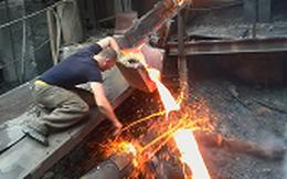 Video: Người đàn ông đập tay trần vào dòng kim loại nóng chảy