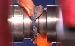 Video quay chậm va chạm của hai thanh kim loại khi đang xoay ở tốc độ cao