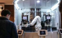 Con robot trị giá 25.000 USD làm được 120 cốc cafe trong một giờ, là ví dụ trực quan cho thấy tự động hóa đe dọa việc làm như thế nào