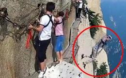 Đang đi trên vách núi nguy hiểm bậc nhất thế giới, người đàn ông đột nhiên tháo dây an toàn rồi nhảy xuống vực
