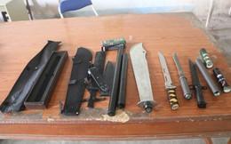 Bị bắt quả tang khi đang chở 243 dao tự chế, 195 roi điện đi giấu