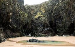 Sâu trong hang động ở bờ biển xinh đẹp nước Anh là chuyện tình đẹp nhưng đầy nỗi xót xa của đôi vợ chồng trẻ