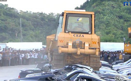 Ông Duterte xem cảnh xe ủi phá nát hàng chục xe sang