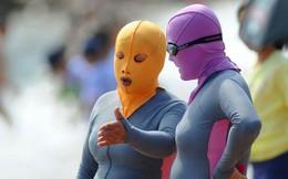 """Đến hẹn lại lên, các bãi biển Trung Quốc nở rộ áo tắm """"Ninja đi nghỉ mát"""" của 500 chị em sợ cháy nắng"""