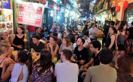 Nắng nóng đỉnh điểm, phố Tây Tạ Hiện nửa đêm chật cứng, khách chịu cảnh uống bia đứng
