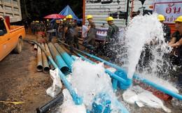 """Giải cứu đội bóng Thái Lan: Nhiệt tình tới mức phá hoại, các tình nguyện viên """"bơm ngược"""" nước vào hang"""